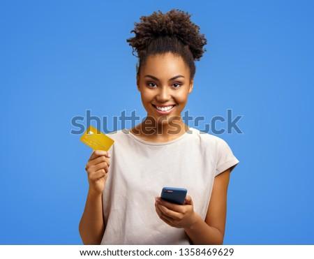 Positive Frau lächelnd halten Kreditkarte isoliert Stock foto © deandrobot