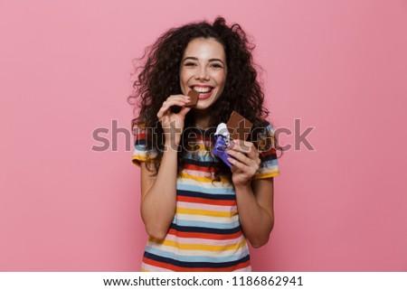 Fotó nő 20-as évek göndör haj eszik csokoládé szelet Stock fotó © deandrobot