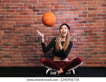 Fotó tini sportos nő 20-as évek ül Stock fotó © deandrobot