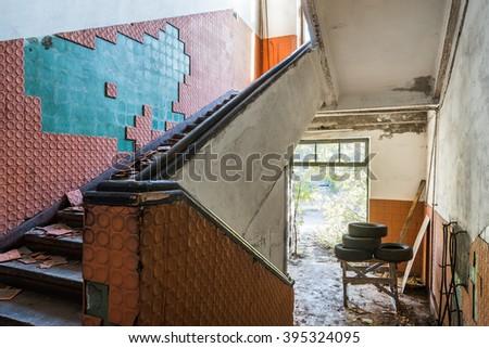 Eski merdiven kırmızı duvar ışık Stok fotoğraf © bogumil