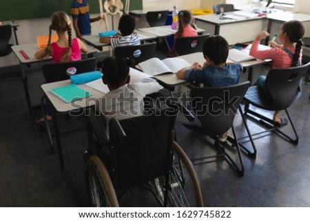 Stock fotó: Hátsó · nézet · iskolás · lány · osztálytárs · tanul · osztályterem · ül