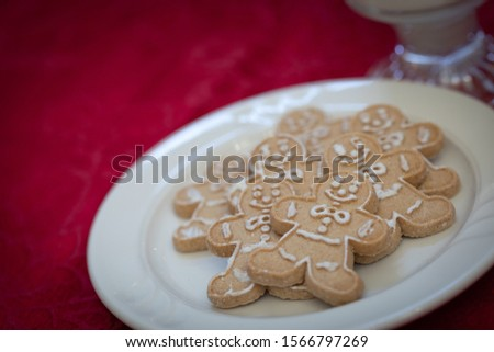 Gingerbread man plaka süt kırmızı tablo Stok fotoğraf © feverpitch