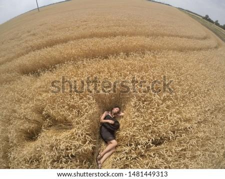 Mooie vrouw strohoed agrarisch veld klaprozen hemel Stockfoto © ElenaBatkova