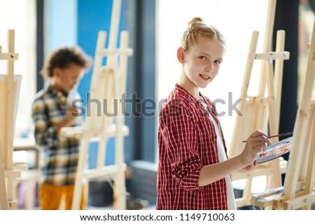 Jeugdig ijverig schoolkinderen naar vergadering bureau Stockfoto © pressmaster