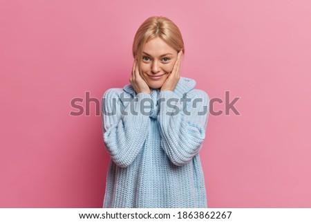 Shot aangenaam naar europese vrouwelijke Stockfoto © vkstudio