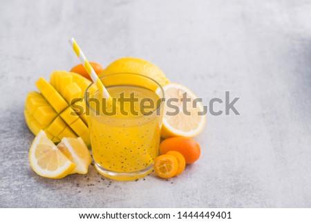 üveg citromsárga gyümölcs smoothie dzsúz magok Stock fotó © Anneleven