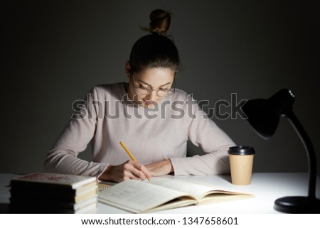 Jonge vrouwelijke student examens laat home Stockfoto © Elnur