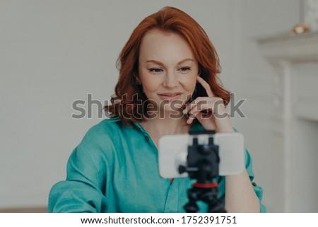 Foto positief vrouw blogger video Stockfoto © vkstudio