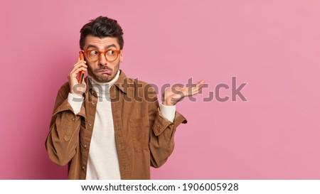Confundirse jóvenes tipo gafas rosa pared Foto stock © deandrobot