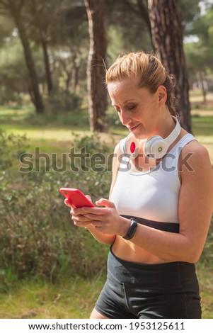 Foto jonge atletisch vrouw Stockfoto © deandrobot