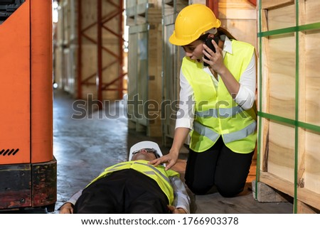 Magazijn werknemer oproep ambulance ongeval asian Stockfoto © vichie81