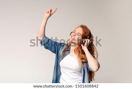 vrouw · dansen · luisteren · mp3-speler · kantoor · meisje - stockfoto © wavebreak_media