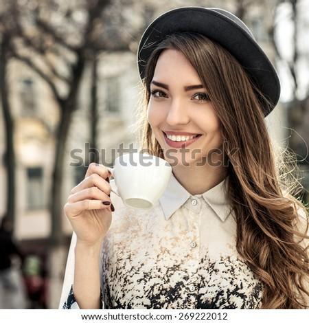 Portrait belle dame potable après-midi café Photo stock © konradbak