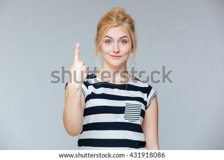 genç · kadın · işaret · yukarı · bakıyor - stok fotoğraf © deandrobot
