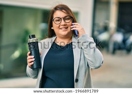 молодые деловая женщина смартфон питьевой кофе вождения Сток-фото © vlad_star