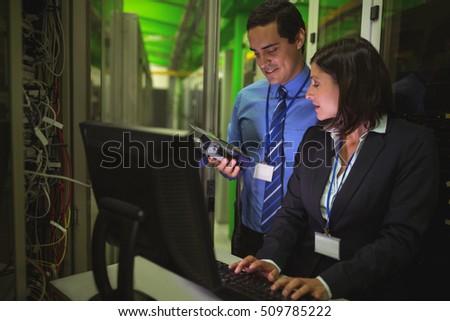 Technikus dolgozik személyi számítógép szerver szoba nő Stock fotó © wavebreak_media