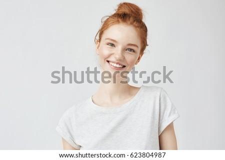portret · jonge · toevallig · meisje · naar · camera - stockfoto © deandrobot