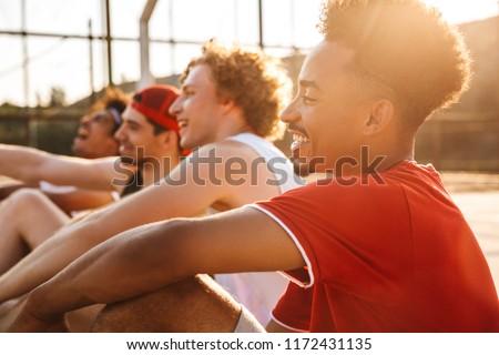 Foto jongens vergadering basketbal speeltuin Stockfoto © deandrobot