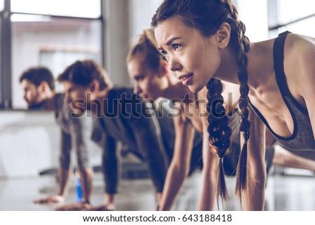 Afbeelding jonge sport vrouw oefening barbell Stockfoto © deandrobot