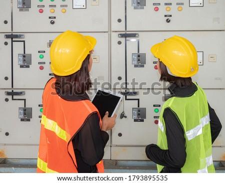 Vrouw technicus werk elektrische kamer groot Stockfoto © Lopolo