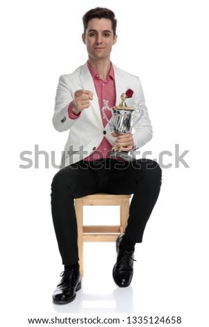 сидящий элегантный человека трофей указывая Сток-фото © feedough