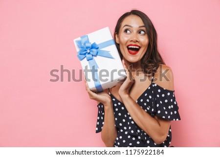 Boldog nő izolált rózsaszín tart ajándék doboz Stock fotó © deandrobot