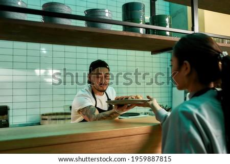 Erkek şef plaka hazır gıda garson Stok fotoğraf © wavebreak_media