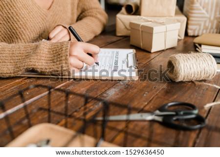 Mulher jovem bens lista mesa de madeira sessão negócio Foto stock © pressmaster