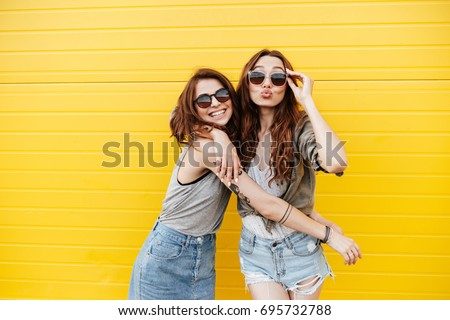 feliz · mujeres · amigos · pie · amarillo · pared - foto stock © boggy