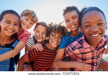 Elöl kilátás vegyes nemzetiségű csoport barátok élvezi tengerpart Stock fotó © wavebreak_media