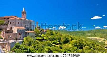 Idílico pedra aldeia verde colina panorâmico Foto stock © xbrchx