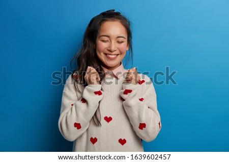 Afbeelding jonge brunette asian vrouw glimlachen Stockfoto © deandrobot
