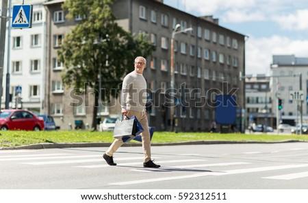 Starszy człowiek spaceru przejście dla pieszych sprzedaży Zdjęcia stock © dolgachov