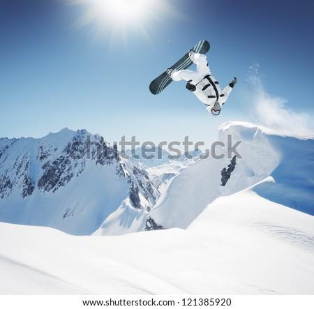 Jonge man springen snowboard bergen man sport Stockfoto © galitskaya