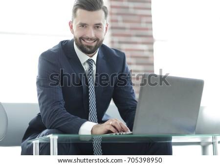 Foto geconcentreerde zakenman werken laptop mobieltje Stockfoto © deandrobot