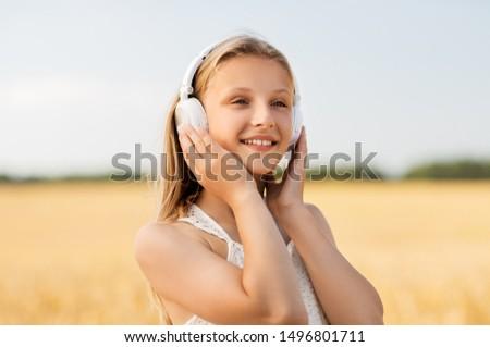 Niña feliz auriculares cereales campo verano tecnología Foto stock © dolgachov