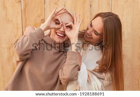Fiatal nő meleg ruha néz ujjak lyuk fiatal felnőtt Stock fotó © bmonteny