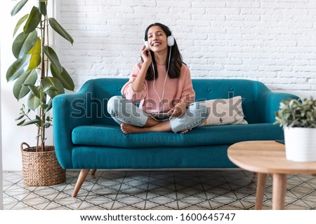 улыбаясь девушки наушники гостиной домой Сток-фото © wavebreak_media