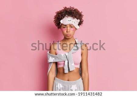 Elégedetlen fiatal afrikai aranyos lány pózol Stock fotó © deandrobot