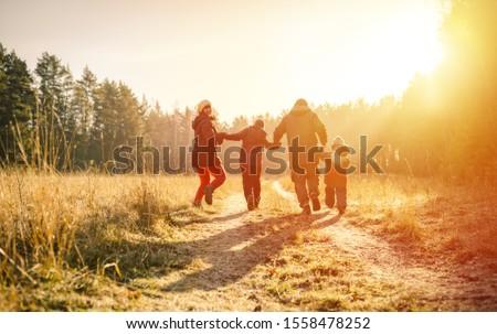 Família feliz caminhada outono parque família temporada Foto stock © dolgachov