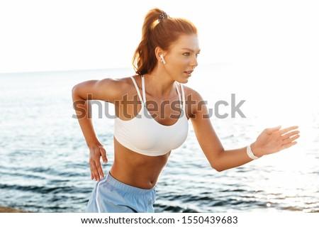 красивой · молодые · Фитнес-женщины · Постоянный · питьевая · вода · белый - Сток-фото © deandrobot