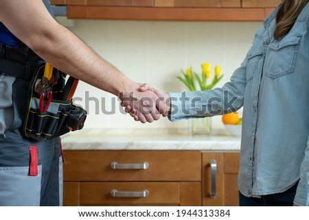 Boldog fiatal ügyfél karbantartás szolgáltatás kezet fog Stock fotó © pressmaster