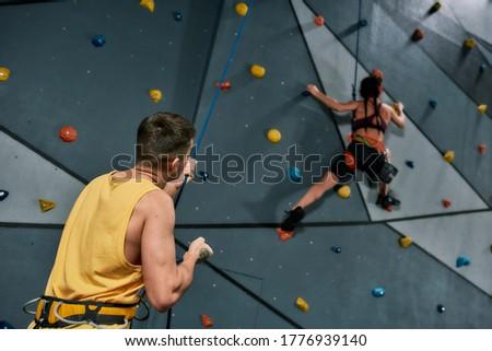 молодые · женщины · скалолазания · инструктор · веревку · безопасности - Сток-фото © pressmaster
