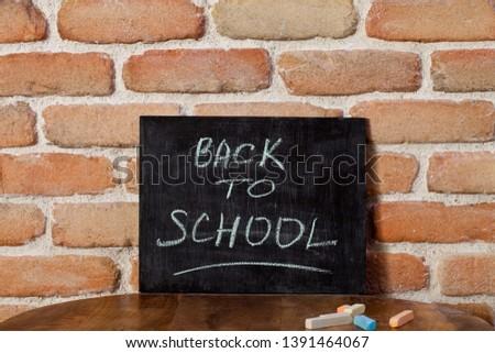 Fekete tábla kifejezés vissza az iskolába kéz fa asztal Stock fotó © marylooo