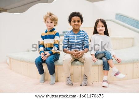 Piccolo gruppo cute piccolo ragazzi seduta Foto d'archivio © pressmaster