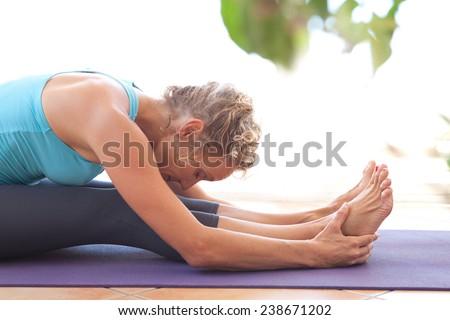 Vonzó nő nyújtás testmozgás nappali vonzó fiatal Stock fotó © boggy