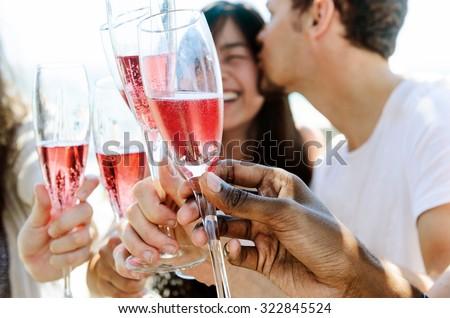 Heureux amis célébrer occasion spéciale ensemble plage Photo stock © dashapetrenko
