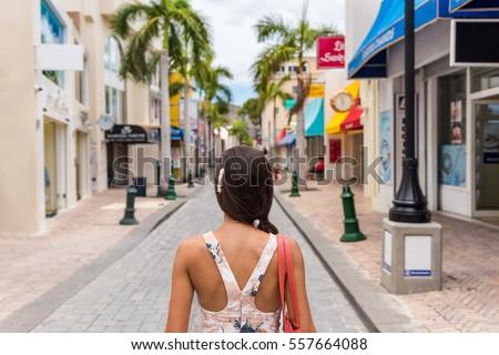 Mulher turista caminhada porto popular porta Foto stock © Maridav