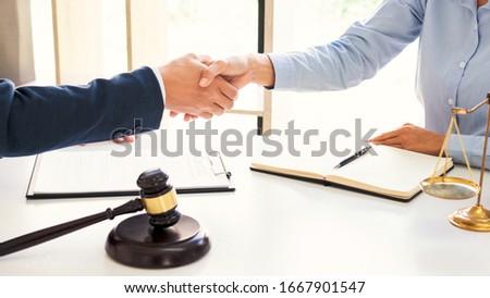 Kézfogás együttműködés ügyvéd ügyfelek konzultáció megbeszél Stock fotó © snowing