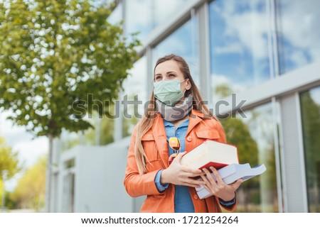 Öğrenciler üniversite kampus maskeler coronavirüs Stok fotoğraf © Kzenon